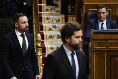 Iván Espinosa de los Monteros y Santiago Abascal, en la sesión de la investidura fallida de Pedro Sánchez.