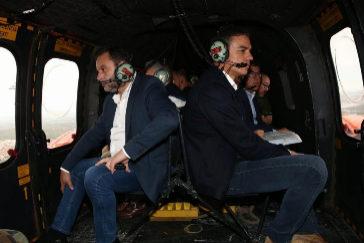 José Luis Ábalos y Pedro Sánchez, a bordo del helicóptero desde el que han observado el alcance de las inundaciones en Alicante y Murcia.