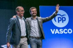 Alfonso Alonso y Pablo Casado saludan a los asistentes de la convención del PP vasco celebrada en Vitoria.