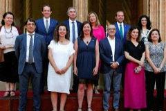 Foto de familia del nuevo Govern de Armengol en el patio de la Lonja.
