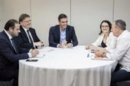 Ábalos, Puig, Sánchez, Oltra y Baldoví, en una reunión de negociación.