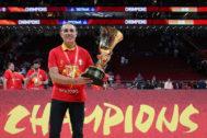 Scariolo posa con la Copa del mundo conquistada en Pekín.