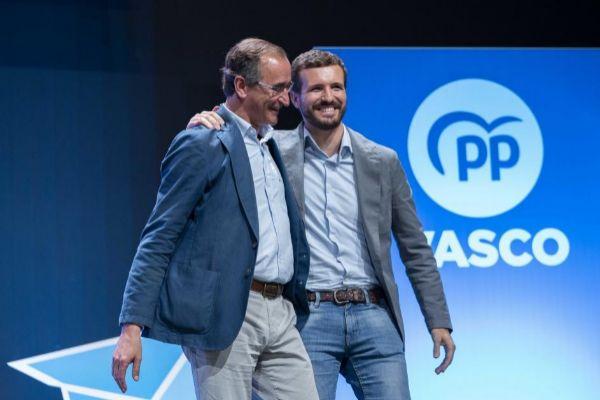 El presidente del PP, Pablo Casado, junto al presidente del PP en...