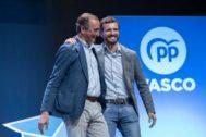 El presidente del PP, Pablo Casado, junto al presidente del PP en Euskadi, Alfonso Alonso.
