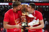 Los Hernangómez, con el trofeo.