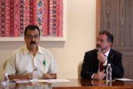 Alfred Bosch (dcha.), durante su reunión en Ciudad de México con el director de Asuntos Internacionales del Instituto Nacional de Pueblos Indígenas, Saúl Vicente.