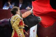 El toro de Marqués de Albaserrada cornea a Javier Cortés, ayer en la Monumental de las Ventas.