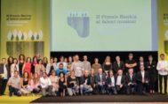 Foto de família dels premiats al costat de les autoritats assistents a la gala.