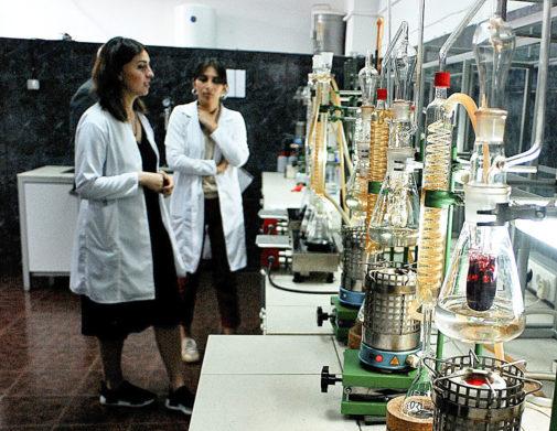 Laboratorio en Tiflis (Georgia) donde se certifica la calidad del vino...