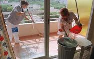 Dos operarias limpian un apartamento.