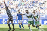 Una de las jugadas del partido disputado en el estadio Carlos Tartiere.