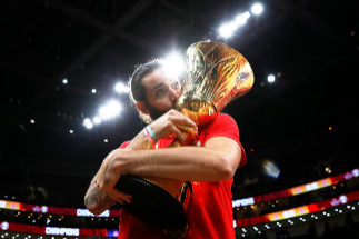 Basketball - FIBA World Cup - Final - Argentina v Spain Basketball - FIBA World Cup - Final - Argentina v Spain - Wukesong Sport Arena, Beijing, China - September 15, 2019 Spain's Ricky <HIT>Rubio</HIT> celebrates with the trophy after winning the FIBA World Cup REUTERS/Kim Kyung-Hoon