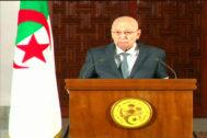Imagen del anuncio en la televisión nacional de Argelia del presidente interino, Abdelkader Bensalah, anunciando la fecha de las próximas elecciones.