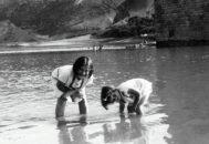 Renia (izqda.) y su hermana, en una foto de niñas.