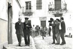 Francisco García Pavón, a la izquierda, pasea por Tomelloso junto al actor Antonio Casal (que encarnó a Plinio) hacia 1971.