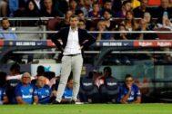Albert Celades y su cuerpo técnico en el banquillo del Camp Nou.