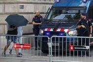 Dos de los siete acusados por la violación múltiple de una menor en Manresa (Barcelona) en octubre de 2016 entran a la audiencia de Barcelona, donde continúa el juicio con la declaración de los peritos que analizaron las pruebas de ADN, a la espera de que la Fiscalía decida si mantiene la acusación por abusos o la eleva a agresión sexual.