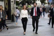 Cayetana Álvarez de Toledo y Pablo Casado, juntos camino de un acto este lunes en Madrid.