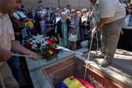 Ascensión Mendieta, en el centro, llora en el momento en que su padre es enterrado en el cementerio civil de la Almudena.