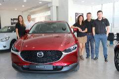 Vicente Talamantes (de blanco), gerente de Mazda Almenar, recibió el nuevo Mazda CX-30 junto a parte del equipo comercial.