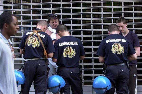 Policías belgas realizan un registro de identificación.