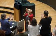La ex alcaldesa Carmena recibe el aplauso de sus concejales tras dejar el cargo.