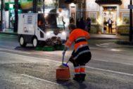 Una trabajadora de UTE Alicante y uno de los vehículos utilizados para limpiar las calles, este mes de agosto.