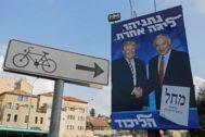 Un cartel electoral muestra a Benjamin Netanyahu con Donald Trump, en una calle de Jerusalén.