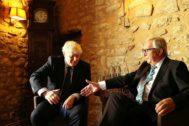El presidente de la Comisión, Jean-Claude Juncker (dcha.), saluda al premier Boris Johnson, ayer en Luxemburgo.