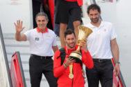 Scariolo, Rudy y Garbajosa, a la llegada de la selección a Madrid.