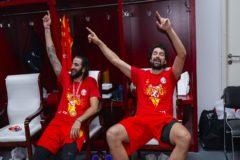 Ricky y Llull, en el vestuario tras el partido.