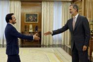 El Rey Felipe VI saluda al líder de Izquierda Unida y diputado de Unidas Podemos, Alberto Garzón.