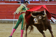 Monumental pase de pecho de Emilio de Justo al tercero de la tarde, este lunes en la plaza de toros de Albacete.