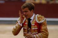 Javier Cortés se lleva la mano al ojo dañado tras recibir la cornada.