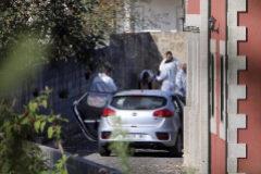 Agentes de la Guardia Civil inspeccionan el lugar del crimen.