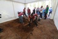 La concejala de Cultura, Verònica Ruiz, y la diputada provincial Tania Baños visitaron ayer el inicio de las exhumaciones.