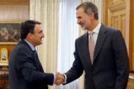 El Rey recibe ayer al diputado nacionalista Aitor Esteban.