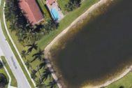 Una imagen de Google Maps muestra el coche en el estanque.