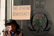 Un hombre protesta contra la suspensión del Parlamento frente al Supremo británico.
