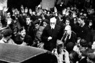 Miguel de Unamuno a la salida del acto en el que se enfrentó a Millán Astray.