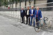 Presentación de las 200 plazas de aparcabicis esta mañana en las inmediaciones de San Mamés.