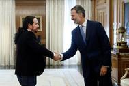Pablo Iglesias, secretario general de Unidas Podemos, y el Rey Felipe VI, en Zarzuela en la ronda de contactos antes de proponer un candidato para ser investido presidente de Gobierno.