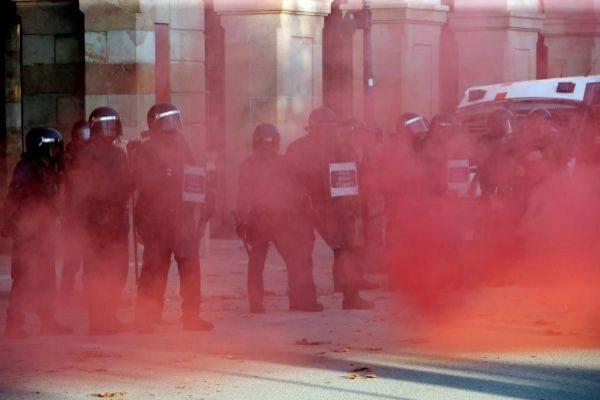 Agentes de Mossos, durante los incidentes en el Parlament en la Diada