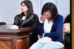 Fotografía realizada al monitor de televisión de la sala de prensa de la Audiencia provincial de Almería de la intervención de Esteban Hernández (2i), abogado de Ana Julia Quezada.