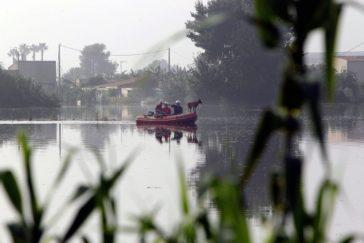 Los equipos de rescate buscando al desaparecido en Dolores, Alicante.