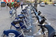 Un usuario coge una bicicleta de Valenbisi.