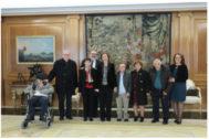 La Reina Sofía el 22 de febrero de 2018 con los representantes del Hogar don Orione en el Palacio de La Zarzuela.