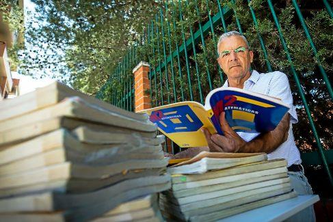 Fernado de la Cueva, profesor que se ha declarado insumiso con el 'e-book' y ha prestado a sus alumnos 120 libros de Matemáticas.