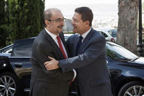 Emiliano García-Page y Javier Lambán se saludan en una imagen de...