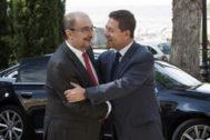 Emiliano García-Page y Javier Lambán se saludan en una imagen de septiembre de 2016